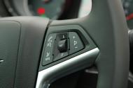 Opel Insignia daje możliwość sterowania z kierownicy, fot. moto.wieszjak.pl